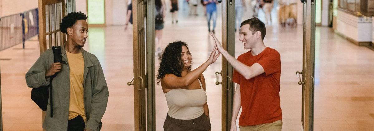 man en vrouw door deur