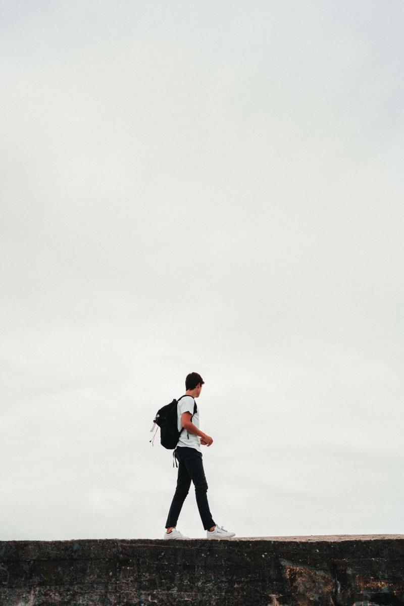wandelende jongen