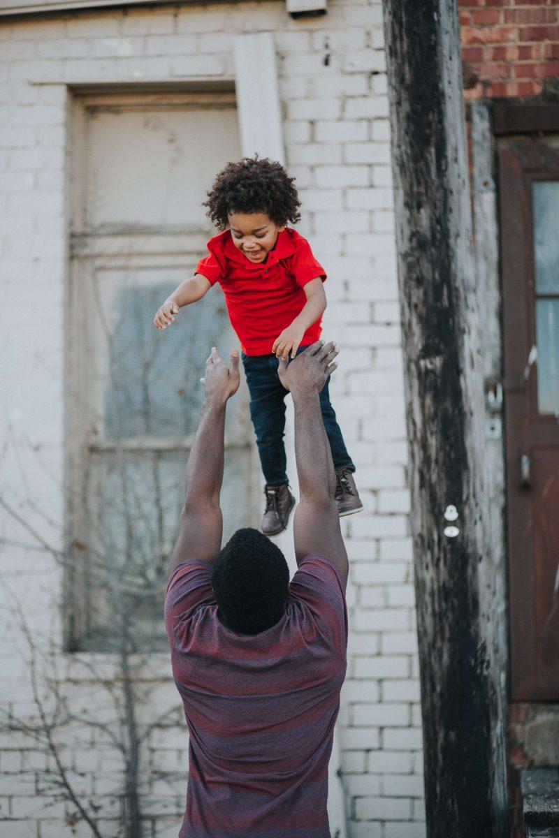 vader gooit kind in de lucht