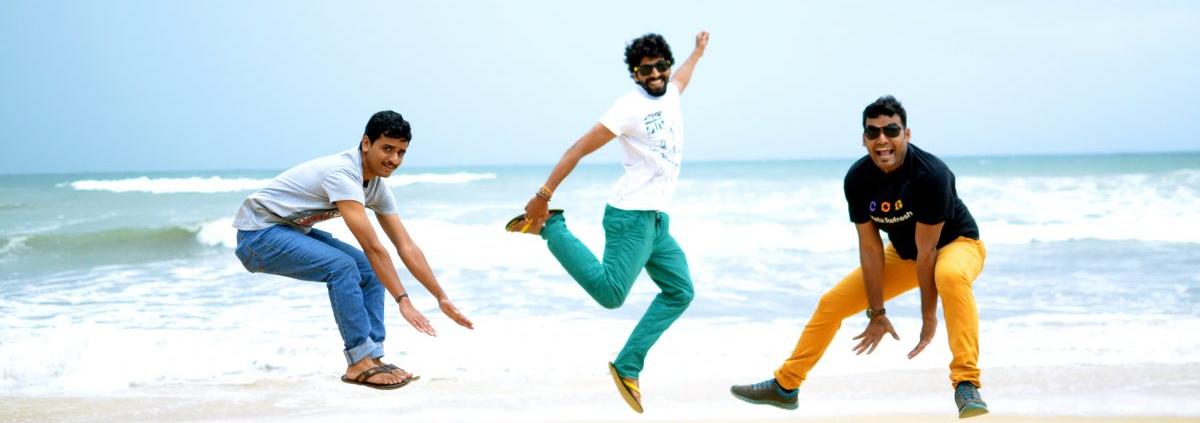 springende jongens op strand